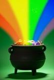 Goldschatz: Magischer Schatz mit Regenbogen Stockfotos