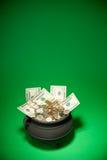 Goldschatz: Schatz, der mit US-Währung überläuft Lizenzfreies Stockbild