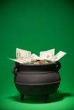 Goldschatz: Schatz, der mit US-Währung überläuft Lizenzfreies Stockfoto