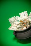 Goldschatz: Schatz, der mit US-Währung überläuft Stockbild