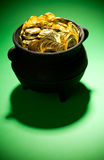 Goldschatz: Schatz-Topf auf grünem Hintergrund Lizenzfreie Stockfotografie