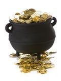 Goldschatz: Topf voll Gold lokalisiert auf Weiß Lizenzfreies Stockbild