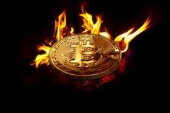 Goldschlüsselwährungsmünze - bitcoin im offenen Feuer lizenzfreie stockfotos