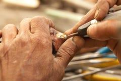 Goldschmied und Diamantring stockfotografie