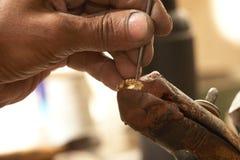 Goldschmied und Diamantring lizenzfreie stockbilder