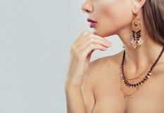 Goldschmuck auf Frauenhalsnahaufnahme Halskette und Ohrringe lizenzfreies stockbild