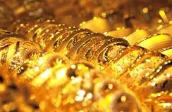 Goldschmucksachehintergrund/vorgewählter Fokus stockbild