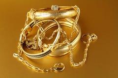 Goldschmucksachen, -armbänder und -ketten Stockfotos