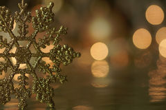 Goldschneeflocke-Feiertags-Hintergrund Stockbild