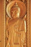Goldskulptur von Buddha mit okayhandzeichen Stockfotos