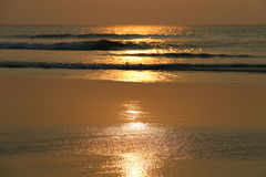 Goldsonnenaufgang auf dem Strand Stockbilder