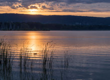 Goldsonnenuntergang auf Balaton See Stockfotografie
