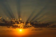 Goldsonnenuntergang mit Wolken Stockfotos