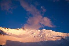 Goldsonnenuntergang und Gipfel von Lenin-Spitze Stockfotografie