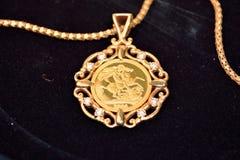 Goldsouveräne Münze als Frauenschmuckanhänger Lizenzfreies Stockfoto
