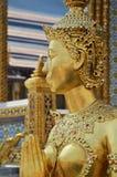 Goldstatue im großartigen Palast Lizenzfreies Stockfoto