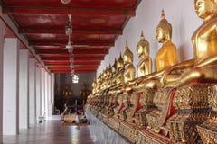 Goldstatue im thailändischen Tempel stockfoto