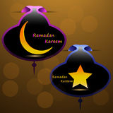 Goldstern und Goldsichelförmiger Mond auf einem farbigen Hintergrund mit einem Muster für den heiligen Monat der moslemischen Gem Lizenzfreie Stockbilder