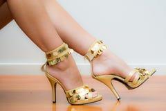 Goldstilett-Schuhe Lizenzfreies Stockfoto