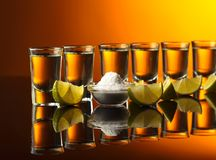 Goldtequila auf einem schwarzen reflektierenden Hintergrund Stockfoto