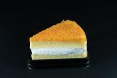 Goldthreadkuchen lokalisiert auf Hintergrundschwarzem Lizenzfreie Stockfotografie