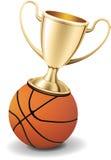 Goldtrophäecup oben auf die Basketballkugel Lizenzfreie Stockfotos