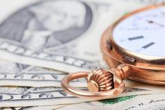 Golduhr auf Dollargeldbanknoten Selektiver Fokus Lizenzfreie Stockfotos