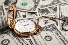 Golduhr und Dollarscheine Lizenzfreies Stockfoto