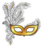 Goldversieht venetianische Karnevalsmaske Colombina mit Entwurfspfau im Schwarzen auf weißem Hintergrund mit Federn Lizenzfreie Stockfotos