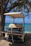 Goldwagen auf Strand im tropischen Inselrücksortierunghotel Lizenzfreie Stockbilder