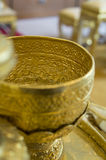 Goldware παλαιά εμπορευματοκιβωτίων έννοια οικιακών εργαλείων τεχνών χρυσή Στοκ Εικόνες