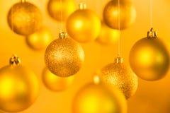 Goldweihnachtsbälle Stockfotografie