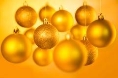 Goldweihnachtsbälle Stockbilder