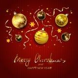 Goldweihnachtsbälle mit Ausläufern auf Rot strickten Hintergrund Stockbilder