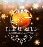 Goldweihnachtsball auf einem Feiertagshintergrund Stockfoto