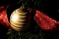 Goldweihnachtsbaum-Verzierung Stockbild