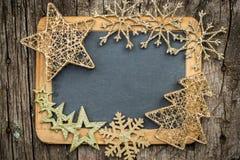 Goldweihnachtsbaumdekorationen auf hölzerner Tafel der Weinlese stockbild