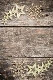 Goldweihnachtsbaumdekorationen auf Schmutzholz stockbilder