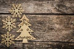 Goldweihnachtsbaumdekorationen auf Schmutzholz stockfotografie