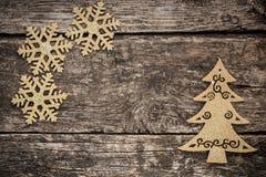 Goldweihnachtsbaumdekorationen auf Schmutzholz lizenzfreie stockbilder