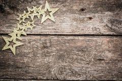 Goldweihnachtsbaumdekorationen auf Schmutzholz stockfotos