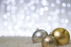 Goldweihnachtsbälle Stockbild
