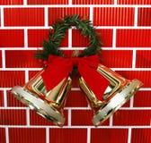 Goldweihnachtsfeiertag Bell mit rotem Bogen Lizenzfreies Stockfoto