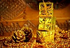 Goldweihnachtsgeschenke Stockfoto