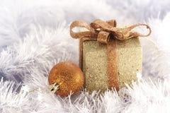 Goldweihnachtskasten und -kugel Lizenzfreies Stockfoto