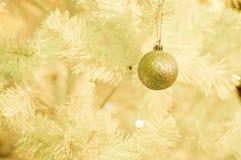 Goldweihnachtskugel Lizenzfreie Stockbilder