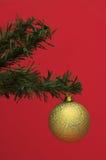 Goldweihnachtskugel auf Baum Stockfoto