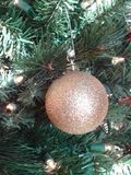 Goldweihnachtsverzierung Lizenzfreie Stockbilder