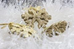 Goldweihnachtsverzierungen lizenzfreies stockfoto