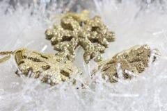Goldweihnachtsverzierungen lizenzfreie stockbilder